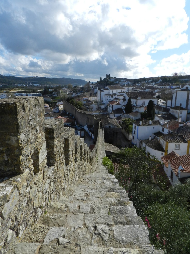 Marche sur les remparts, Óbidos, Portugal